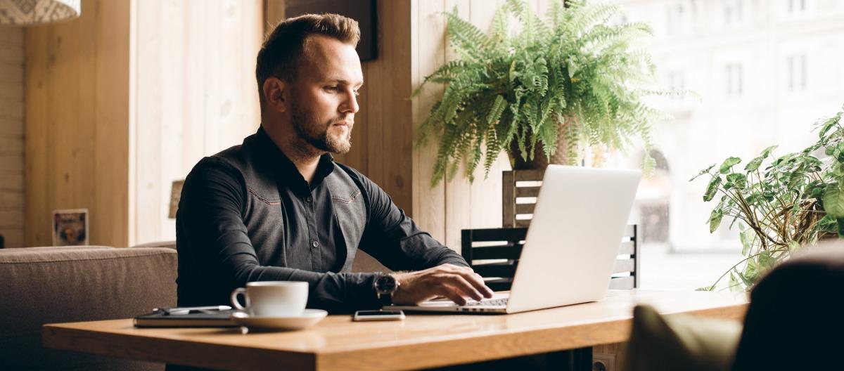 inzynier-pracujacy-przy-komputerze
